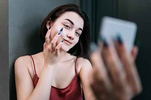 Implementar exfoliante en rostro